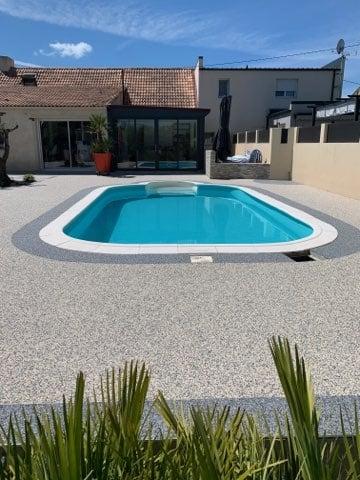 moquette de marbre en contour de piscine